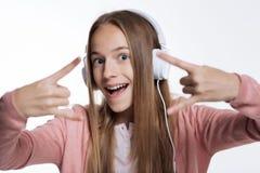 Закройте вверх девочка-подростка показывая знак рожков Стоковые Фото