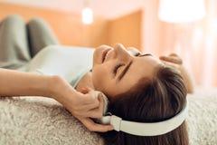 Закройте вверх девочка-подростка слушая к музыке Стоковое Фото