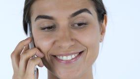 Закройте вверх девушки говоря на телефоне, белой предпосылке в студии Стоковые Изображения RF