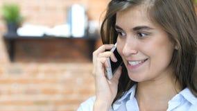 Закройте вверх девушки говоря на телефоне, переговорах Стоковая Фотография