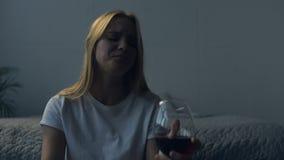 Закройте вверх девушки осадки с бокалом вина сток-видео
