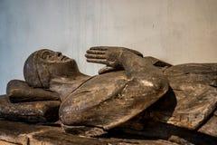 Закройте вверх деревянной статуи на церков Abergavenny ` s St Mary усыпальницы стоковые фото