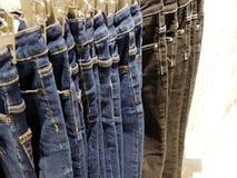 Закройте вверх джинсов на вешалке стоковые фотографии rf