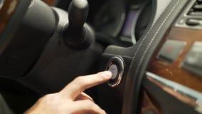 Закройте вверх для пальца человека отжимая начало силы автомобиля, кнопку стоп, концепцию транспорта шток Рука человека водителя видеоматериал