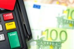 Закройте вверх дна на машине кредитной карточки с красным кредитом ca стоковое фото