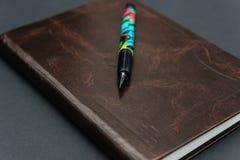 Закройте вверх дневника 2019 коричневого цвета wintage кожаного с авторучкой стоковая фотография rf