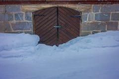 Закройте вверх домов традиционной норвежской горы деревянных, двери с снегом в сногсшибательной природе в Норвегии Стоковые Фото
