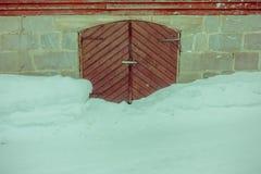 Закройте вверх домов традиционной норвежской горы деревянных, двери с снегом в сногсшибательной природе в Норвегии Стоковые Изображения