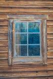 Закройте вверх домов традиционной норвежской горы деревянных, окна с снегом в сногсшибательной природе в Норвегии Стоковая Фотография RF