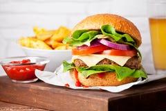 Закройте вверх домодельного бургера с картошками Стоковые Фото