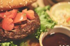Закройте вверх домодельных томатов гамбургера говядины на верхней части Стоковые Фото