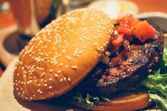 Закройте вверх домодельных томатов гамбургера говядины на верхней части Стоковая Фотография RF