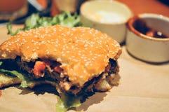Закройте вверх домодельных томатов гамбургера говядины на верхней части Стоковая Фотография