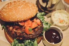 Закройте вверх домодельных томатов гамбургера говядины на верхней части Стоковое Изображение RF