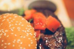 Закройте вверх домодельных томатов гамбургера говядины на верхней части Стоковое фото RF