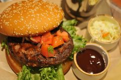 Закройте вверх домодельных томатов гамбургера говядины на верхней части Стоковые Изображения