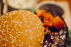 Закройте вверх домодельных томатов гамбургера говядины на верхней части Стоковое Изображение