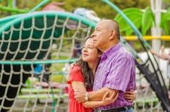 Закройте вверх дочери и отца обнимая один другого с влюбленностью на outdoors в парке Стоковая Фотография RF