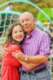 Закройте вверх дочери и отца обнимая один другого с влюбленностью на outdoors в парке Стоковое Фото