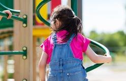 Закройте вверх девушки взбираясь на спортивной площадке детей Стоковая Фотография RF