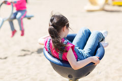 Закройте вверх девушки играя на спортивной площадке детей Стоковая Фотография RF