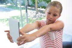 Закройте вверх девушки фотографируя с smartphone Стоковая Фотография RF