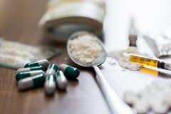 Закройте вверх лекарств, денег, ложки и шприца стоковые фотографии rf