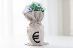 Закройте вверх денег евро бумажных в сумке на таблице Стоковые Изображения RF