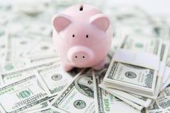 Закройте вверх денег и копилки доллара США Стоковое Фото