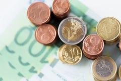 Закройте вверх денег и монеток евро бумажных на таблице Стоковое Изображение RF