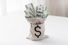 Закройте вверх денег доллара бумажных в сумке на таблице Стоковые Изображения