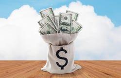 Закройте вверх денег доллара бумажных в сумке на таблице Стоковая Фотография