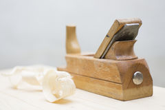 Закройте вверх деревянного planer стоя на chippings деревянной доски деревянных рядом с Стоковое фото RF