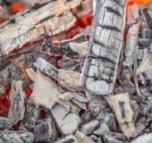 Закройте вверх деревянных тлеющих углей Стоковые Фото