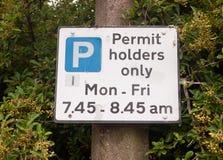 Закройте вверх держателей разрешения только паркуя знак Стоковое Фото