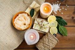 Закройте вверх естественных мыла и свечей на древесине Стоковая Фотография RF