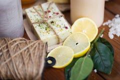 Закройте вверх естественных мыла и свечей на древесине Стоковая Фотография