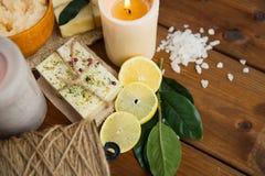 Закройте вверх естественных мыла и свечей на древесине Стоковое фото RF