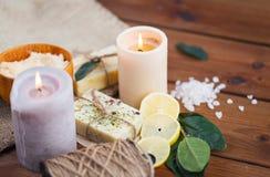 Закройте вверх естественных мыла и свечей на древесине Стоковые Изображения RF