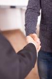 Закройте вверх 2 деловых партнеров тряся руки в офисе Стоковое Изображение RF