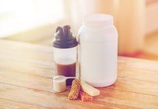 Закройте вверх еды и добавок протеина на таблице Стоковые Фото