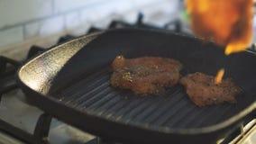 Закройте вверх жарить мясо на гриле в 4K видеоматериал
