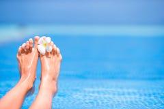 Закройте вверх женских ног на белом пляже Стоковое фото RF
