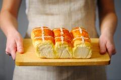 Закройте вверх женских рук держа печенье Стоковые Фото
