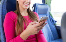 Закройте вверх женщины в шине перемещения с smartphone Стоковое Изображение