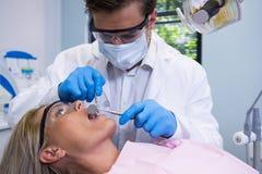 Закройте вверх женщины дантиста рассматривая Стоковое Изображение RF