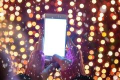 Закройте вверх женщины держа smartphone пустого экрана против красного c Стоковая Фотография RF