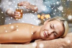 Закройте вверх женщины лежа на таблице массажа в курорте Стоковое Изображение RF