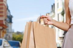 Закройте вверх женщины держа хозяйственные сумки Стоковое Изображение