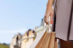 Закройте вверх женщины держа хозяйственные сумки Стоковое Изображение RF